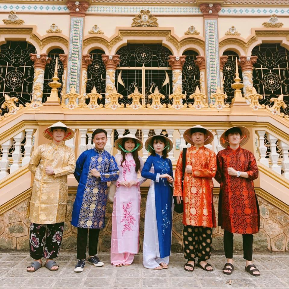 Konkuk students in Vietnamese Traditional Costume
